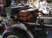 Morceaux de bois et tendeurs pour caler la batterie