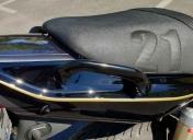 Selle recouverte en skai noir satiné avec sur-coutures du N° 21