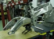 Montage de bras oscillant sur autre cadre