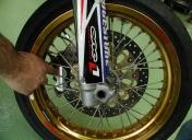 Fraisage d'étrier pour montage sur roue à rayons