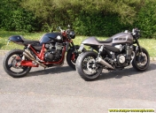 Deux splendides café-racer (Kawasaki ZRX et Yamaha XJR)