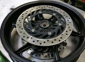 Epoxy des roues en noir satiné et mise en peinture des centres des disques
